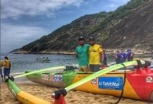 Expectativa e emoção. Dias antes do início do desafio, Douglas Moura (à esquerda) e Caio Guerra posam com a canoa da expedição na Praia Vermelha, na Zona Sul do Rio Foto: Extra