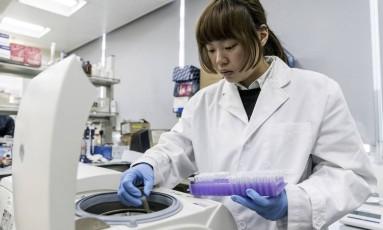 Pesquisadora coloca amostra em uma centrífuga no laboratório da TAL Apparel: tecnologia reduz resíduos em até 80% e permite que 100% da água seja reciclada na própria fábrica Foto: Bloomberg photo/Anthony Kwan
