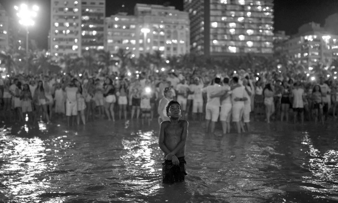 """Autodidata, Lucas Landau começou a carreira como free-lancer aos 16 anos. Já colaborou com revistas como """"Rolling Stone Brasil"""" e """"Vogue"""". Na virada do ano, para a agência Reuters, produziu a imagem acima, que logo viralizou nas redes sociais Foto: Lucas Landau / Reuters"""