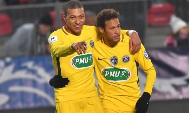 Mbappé abraça Neymar para comemorar um dos seis gols do PSG sobre o Rennes Foto: LOIC VENANCE / AFP