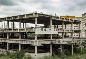 O esqueleto do que seria o Hospital da Mãe, em São Gonçalo: projetos de unidades de saúde especializadas prometidos pelo governo não foram adiante Foto: Ana Branco / Agência O Globo