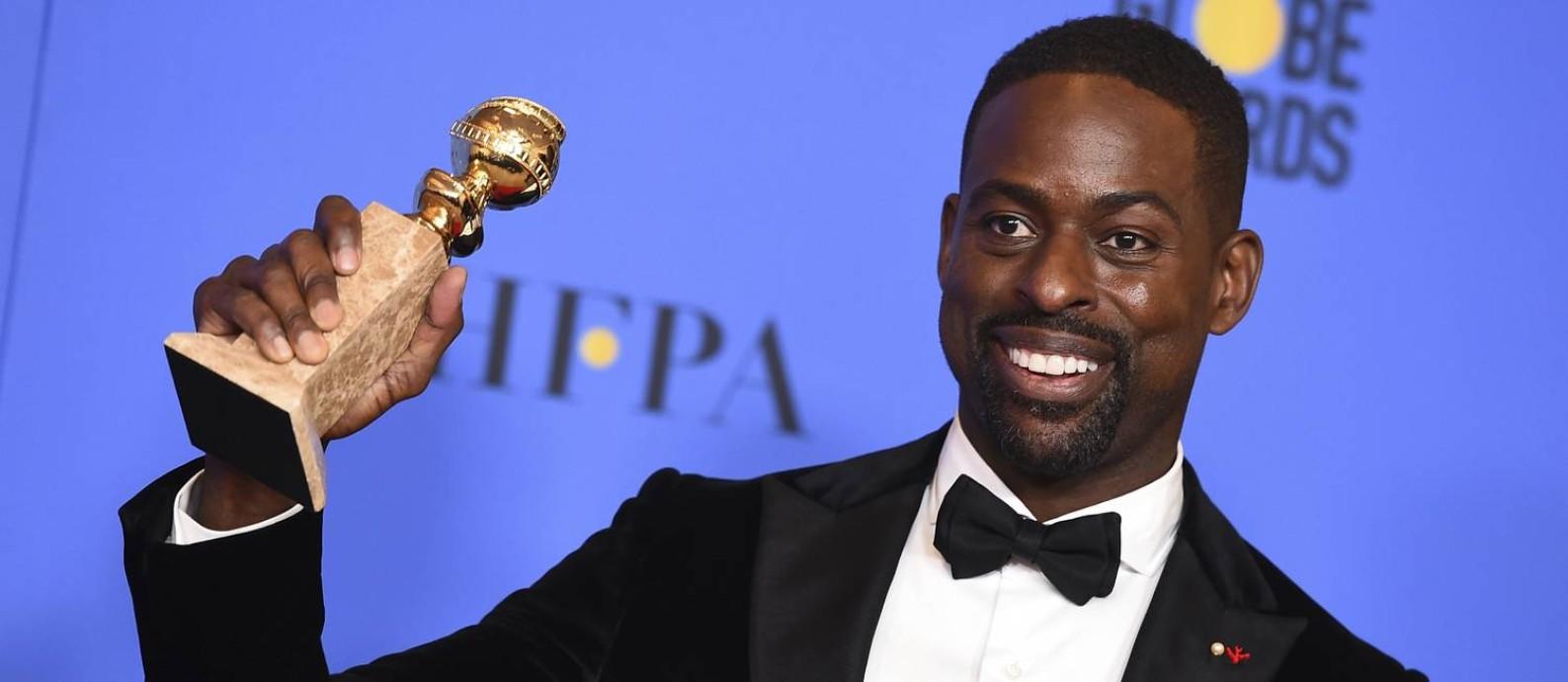 Sterling K. Brown com o troféu de melhor ator do Globo de Ouro 2018 por 'This is us' Foto: Jordan Strauss / AP