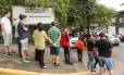 Pessoas fazem fila para vacinação contra a febre amarela em posto de saúde próximo ao Horto Florestal, na Zona Norte de São Paulo