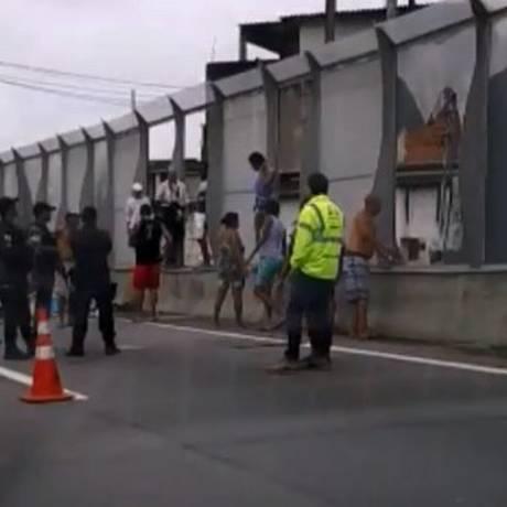 PMs no trecho da Linha Amarela que foi interditado Foto: Jacarepaguá Notícias - RJ