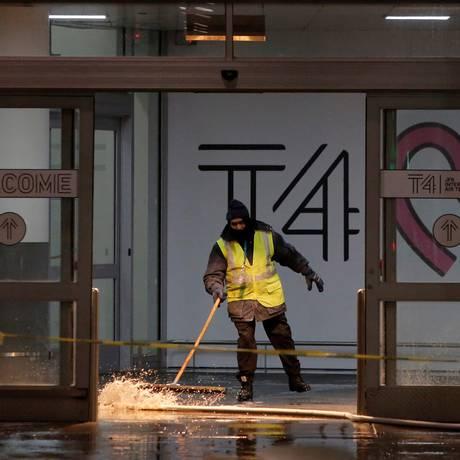 Funcionário seca chão do aeroporto John F. Kennedy após cano se romper e provocar inundação Foto: ANDREW KELLY / REUTERS