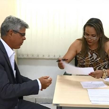 César Augusto Monteiro Alves, diretor do Detran de Minas, entrega sua carteira de habilitação Foto: Reprodução TV