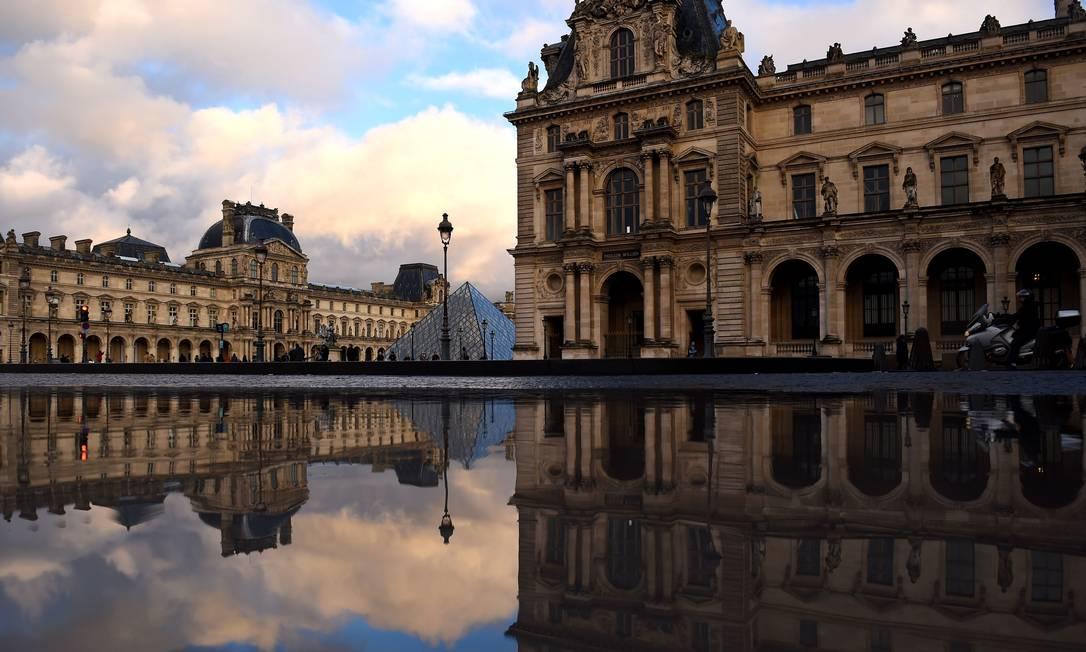 O Louvre, em Paris: museu teve 41 % de sua receita, no ano passado, vinda do Estado Foto: Guillaume Souvant / AFP