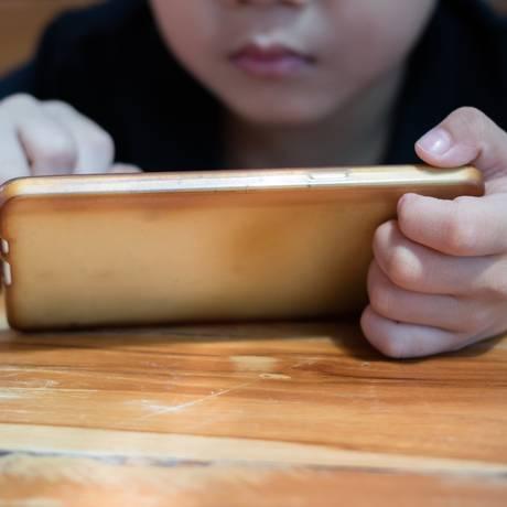 Especialistas defendem limite de horas de uso de smartphones Foto: shutterstock.com/TumNuy / Shutterstock