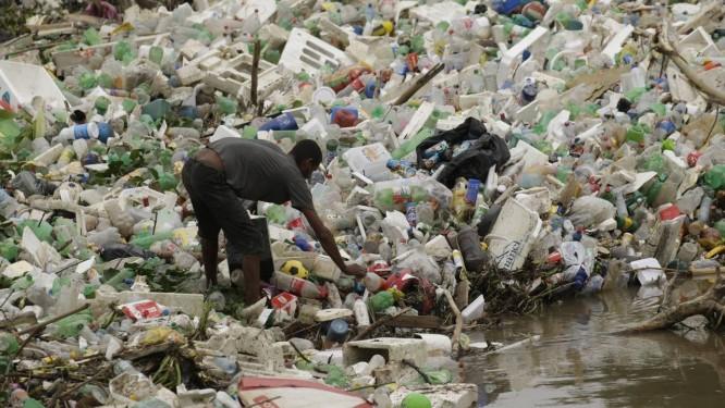 O lixo toma o Rio Arroio Fundo, em Jacarepaguá: acúmulo de detritos pode provocar enchentes Foto: Gabriel Paiva / Agência O Globo