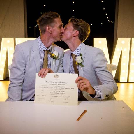 Craig Burns e o parceiro, Luke Sullivan, selaram a união oficialmente Foto: PATRICK HAMILTON / AFP