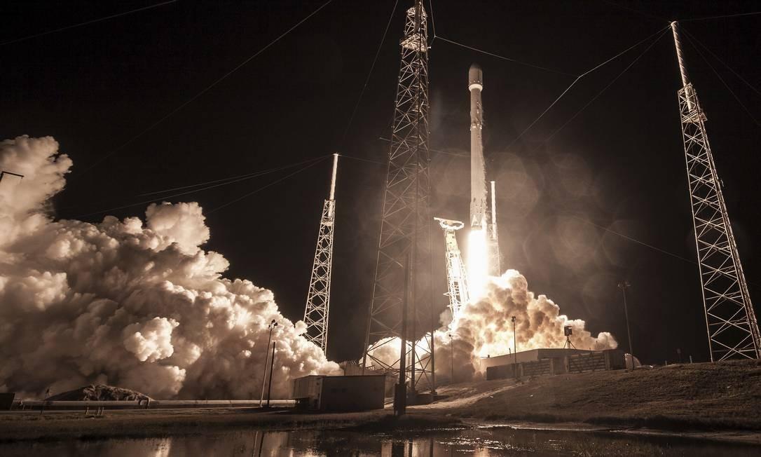 Imagem divulgada pela SpaceX mostra o foguete Falcon 9 saindo da plataforma de Cabo Canaveral, na Flórida, de onde foi lançando no último domingo levando para o espaço uma carga secreta do governo americano Foto: SpaceX/AP