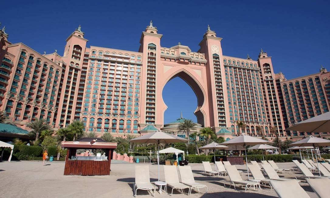 Construído em uma ilha, The Palm, o Hotel Atlantis segue o formato de um palácio gigantesco, com aquário em seu interior, restaurantes de culinárias variadas e um Spa, alem de um santuário de golfinhos e raias Foto: Ana Branco / Agência O Globo