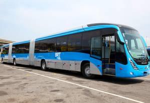 Chegou ao fim. Quando apresentado pela prefeitura, ônibus biarticulado (com duas sanfonas) era tratado como grande conquista para o BRT Foto: PAULA JOHAS - Casa Digital