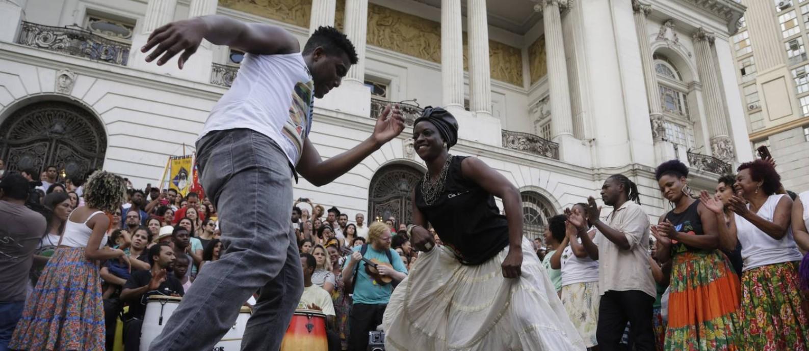 Protesto de grupos contra o fechamento da Casa do Jongo na Cinelândia Foto: Gustavo Miranda / Agência O Globo