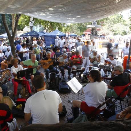 """O """"Arruma o coreto"""", na São Salvador: roda reúne músicos apaixonados pelo ritmo Foto: Luiz Ackermann/04-09-2016 / Agência O Globo"""