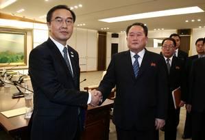 Ministro do Sul, Cho Myoung-gyon (esquerda), e chefe da delegação do Norte, Ri Son Gwon se cumprimentam após acordo Foto: POOL / REUTERS