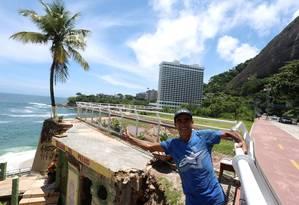 O lavrador Joaquim André Pereira faz pose junto à moradia improvisada entre a Ciclovia Tim Maia e o mar Foto: Fabiano Rocha / Agência O Globo