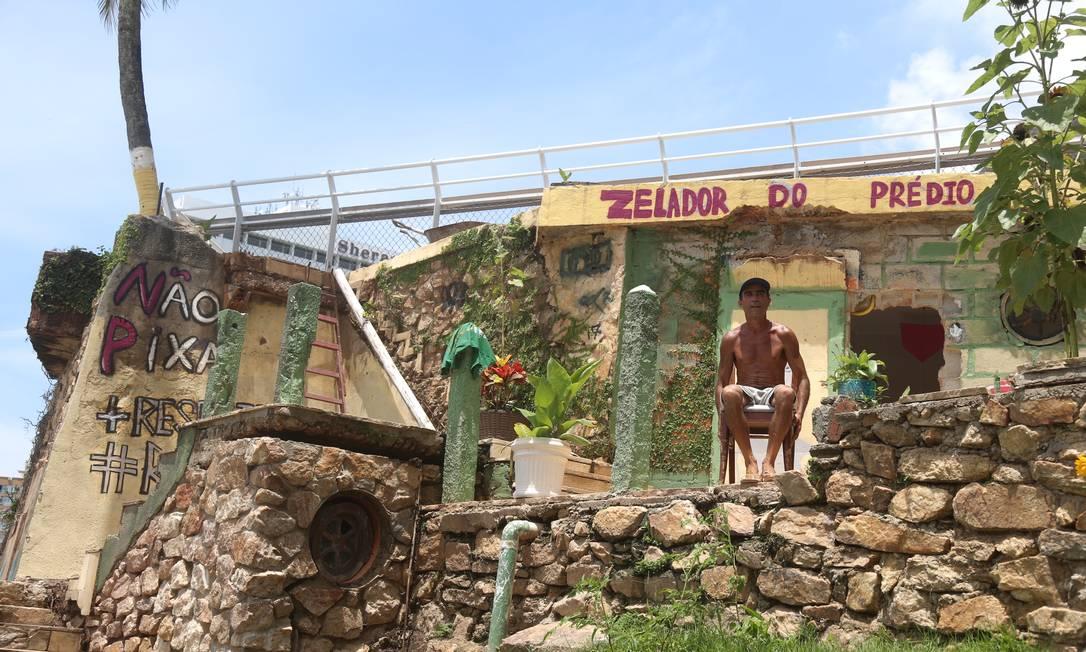 """Na entrada da casa, escreveu a frase em que deixa claro como gostaria de ser visto: """"Zelador do prédio"""" Foto: Fabiano Rocha / Agência O Globo"""