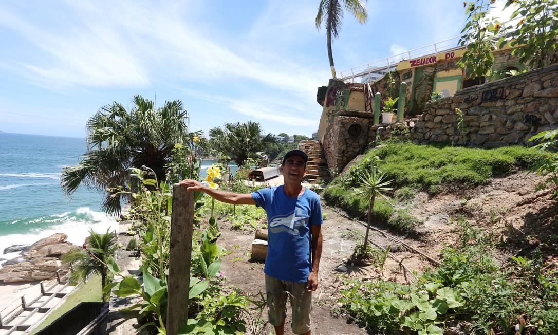 Depois de se abrigar na casa de uma parente na Rocinha, ele foi morar nos escombros da antiga mansão do fazendeiro paulista Lover Ibaixe, derrubada em 2015 Foto: Fabiano Rocha / Agência O Globo