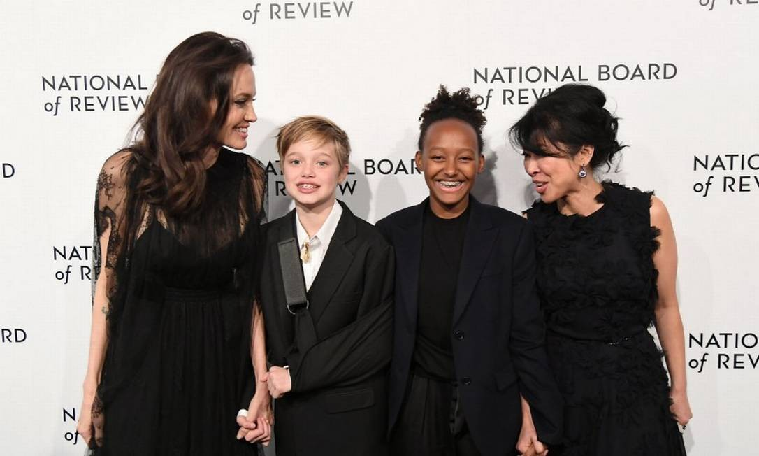 Angelina Jolie esteve muito bem acompanhada no National Board of Review Awards, premiação que aconteceu em Nova York na noite de terça-feira: ao lado das filhas Shiloh e Zahara Jolie-Pitt, e da ativista Loung Ung, ela posou para os fotógrafos ANGELA WEISS / AFP