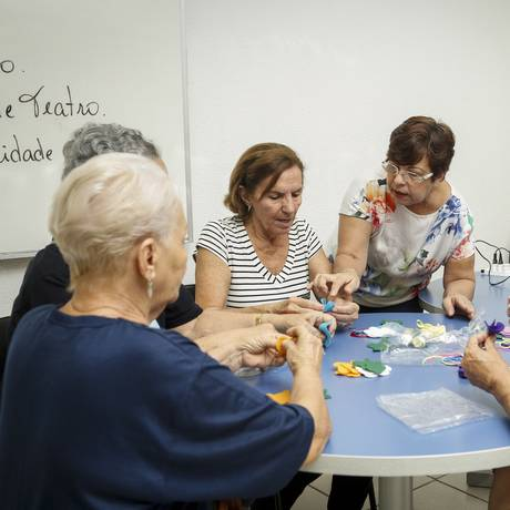Grupo de idosos em atividade do Programa Universidade Aberta a Terceira Idade (UNATI), do Centro Universitário Augusto Motta (Unisuam). Foto: Analice Paron / Agência O Globo.