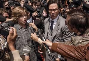Michelle Williams e Mark Wahlberg em cena de 'Todo o dinheiro do mundo' Foto: Divulgação