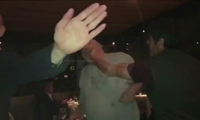 Harvey Weinstein leva bofetadas de fã após se recusar a tirar foto