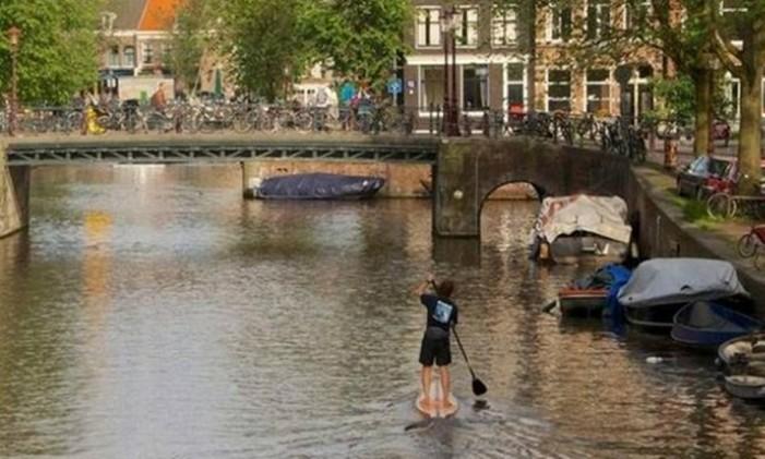 Stand up paddle em canais de Amsterdã Foto: M&M SUP / divulgação
