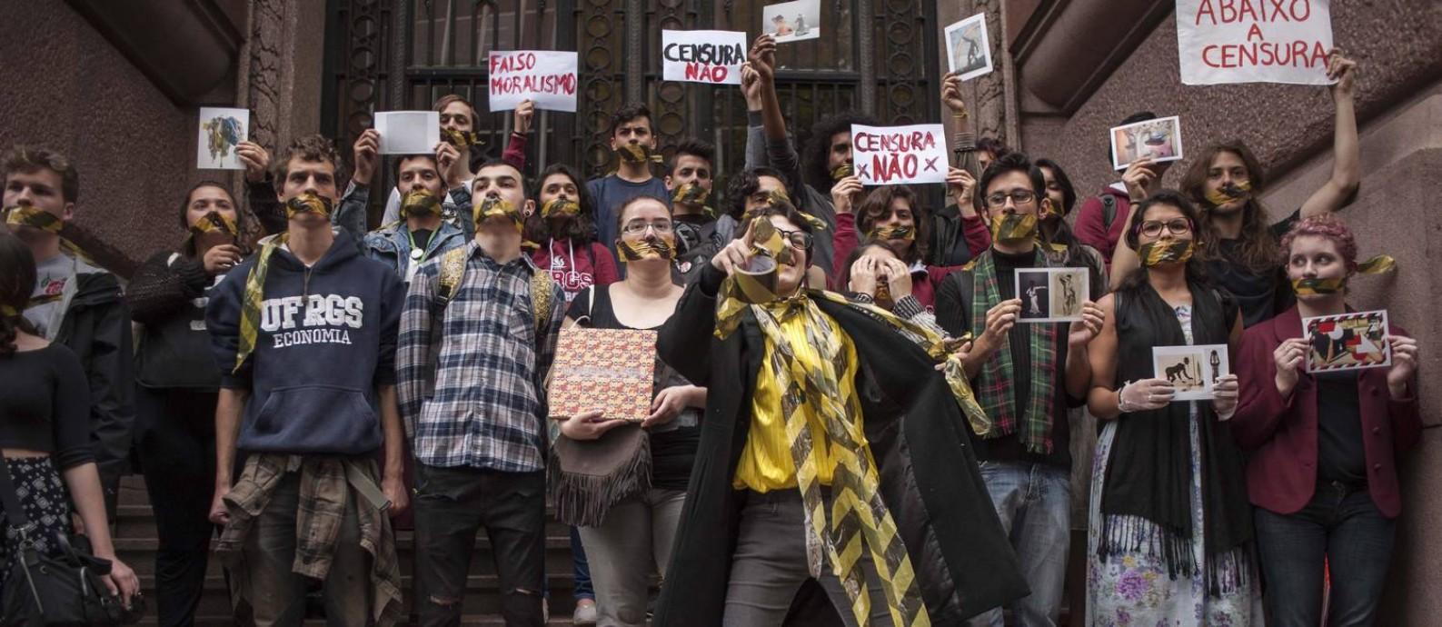 """Protesto no Santander Cultural, em 12 de setembro, contra o encerramento da """"Queermuseu"""": instituição terá duas mostras com temas semelhantes Foto: Cau Guebo/Raw Image/Agencia O Globo / Agência O Globo"""