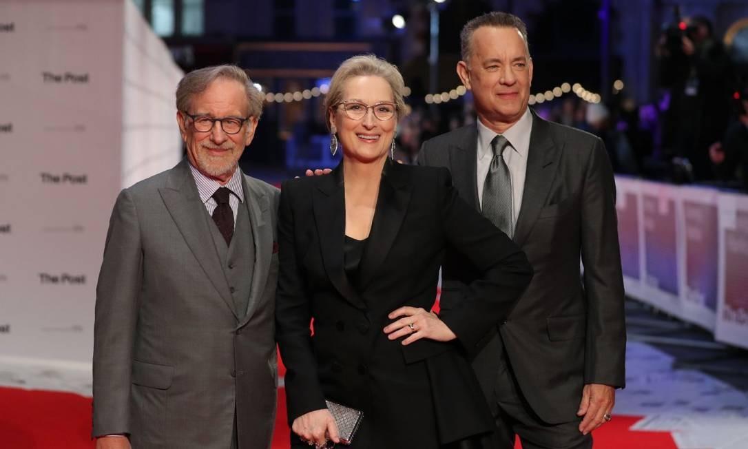 """Londres parou para receber um dos trios mais celebrados do cinema na noite desta quarta-feira. O diretor Steven Spielberg e os atores Meryl Streep e Tom Hanks estiveram na première européia de """"The Post: A guerra secreta"""" DANIEL LEAL-OLIVAS / AFP"""