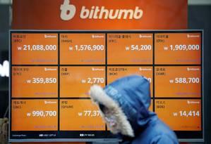 Painel eletrônico mostra as cotações de diferentes criptomoedas na rede Bithumb, em Seul, na Coreia do Sul. Foto: Kim Hong-Ji/Reuters