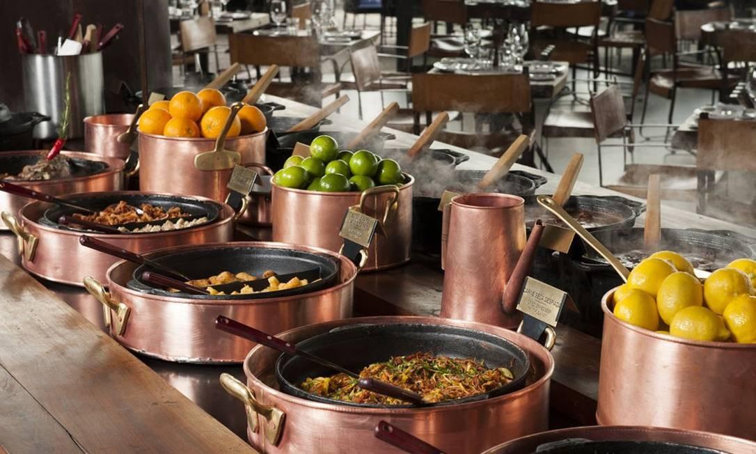 Um clássico de sábado (do meio-dia às 18h), a feijoada do Rubayat é servida num imenso bufê, onde se encontra baby pork da fazenda Rubaiyat e mais: carne-seca desfiada com abóbora, costela de porco, couve frita no azeite de oliva, farofa e mandioca frita. Para acompanhar, são oferecidos nove tipos de batidas, uma caipirinha de pinga ou vodca nacional, couvert, saladas, uma cerveja e bufê de sobremesas, com doces e frutas variadas. São dois valores: R$ 98 (buffet + sobremesa) e R$ 167 (buffet + sobremesa + bebidas). Rua Jardim Botânico, 971, Jockey (3204-9999). Foto: Divulgação/Selmy Yassuda