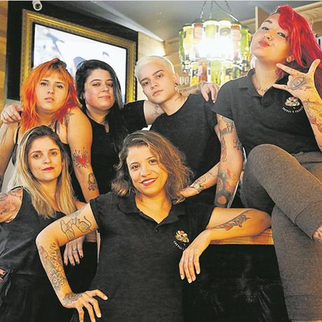 Esquadrão. Duas tatuadoras do estúdio vão competir em três categorias do evento no total Foto: Fábio Guimarães / Agência O Globo