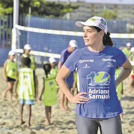 Escolinha. Adriana comanda projeto social nas areias do piscinão de Deodoro Foto: Divulgação