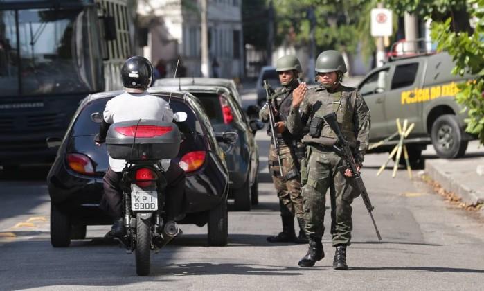 Resultado de imagem para Motociclista é morto a tiros por soldado do Exército em blitz no Rio