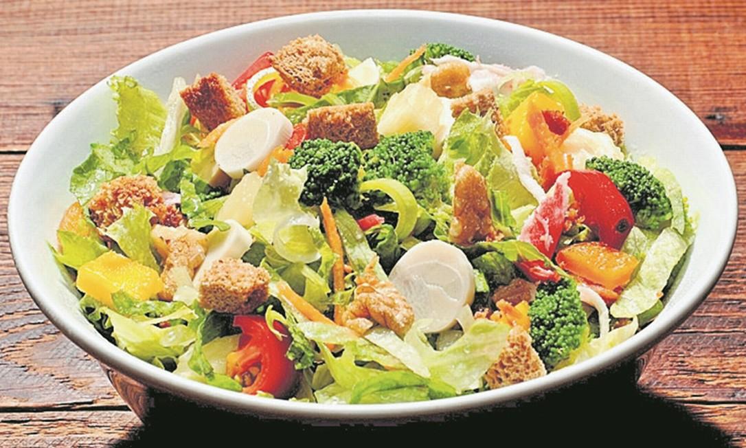 Saudável. É possível montar saladas no Bibi Sucos (2595-3200) nos tamanhos médio, no valor de R$ 29,70, ou grande, por R$ 38,80 Divulgação/Fernando Mafra