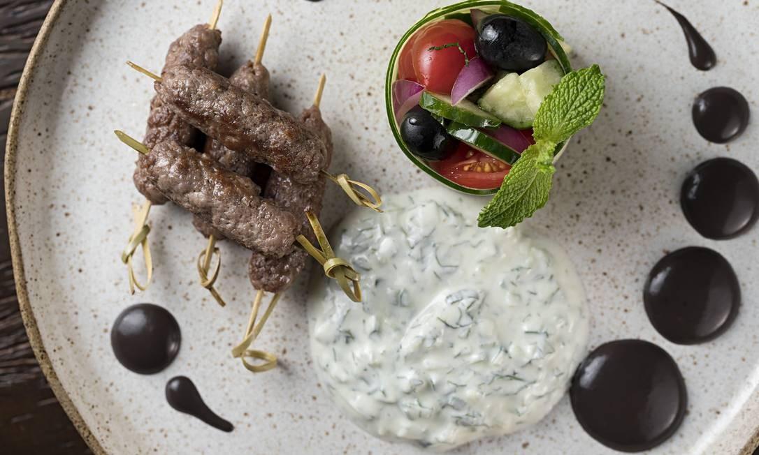 Mini kaftas de ribeye com Tzatziki - molho grego de iogurte com pepino com dill e alho - e saladinha de pepino com azeitonas e tomatinhos (R$ 43) Foto: Divulgação/Rodrigo Azevedo