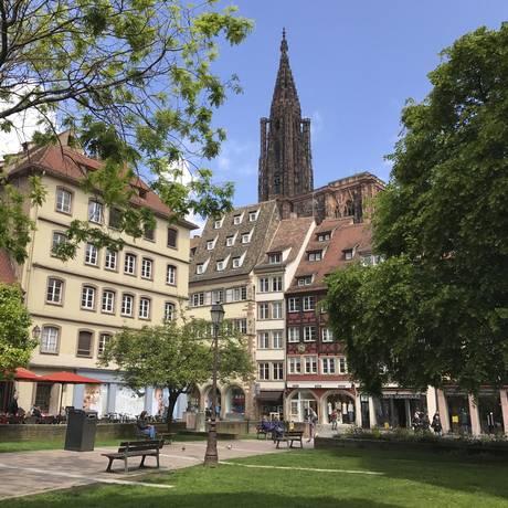 A torre única da catedral de Estrasburgo, construção gótica, é visível de diferentes pontos da cidade Foto: Albert Stumm / AP