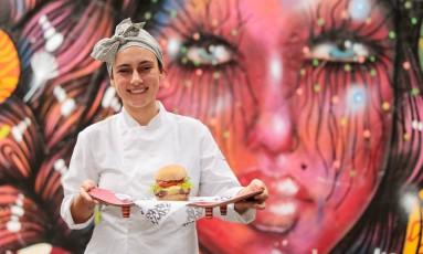 A chef Bruna Neubhaher está à frente do cardápio da Skate House, que funciona no Spotlab Foto: Brenno Carvalho / Agência O Globo