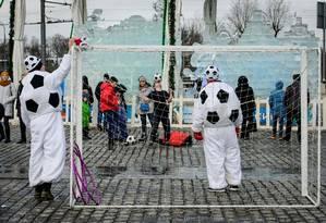 Funcionários vestidos de bolas divertem turistas em Moscou Foto: MLADEN ANTONOV / AFP