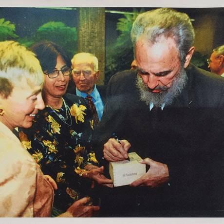 Fidel assina caixa leiloada Foto: Divulgação