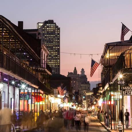 A Bourbon Street, em Nova Orleans: cidade tem uma das maiores reduções de peço de hotéis em pesquisa da Booking.com: 55% menos em agosto, em comparação com o mês mais caro Foto: Zack Smith / Divulgação