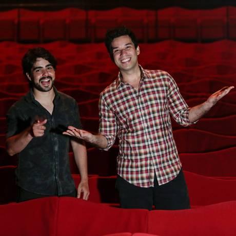 O diretor Diego Morais (à esquerda) e o autor e ator Pedro Henrique Lopes apresentam os espetáculos na Barra pela primeira vez Foto: Brenno Carvalho / Agência O Globo
