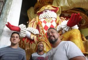 Viradouro. A partir da esquerda, o diretor de harmonia, Mauro Amorim; o de carnaval, Alex Fab; e o carnavalesco Edson Pereira, em frente ao Arlequim do quarto carro Foto: Agência O Globo