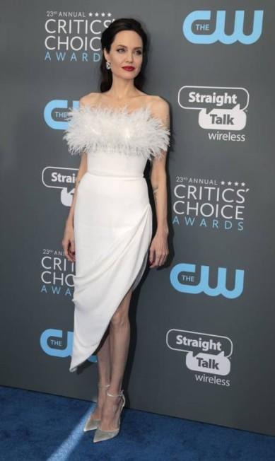 O branco é o novo preto! Em contraste com os looks escuros do Globo de Ouro, uma forma de chamar a atenção para os casos de assédio contra a mulher, no tapete azul do Critics' Choice Awards, as famosas optaram pelo branco ou por uma paleta bem colorida. Na foto, o modelito de Angelina Jolie MONICA ALMEIDA / REUTERS