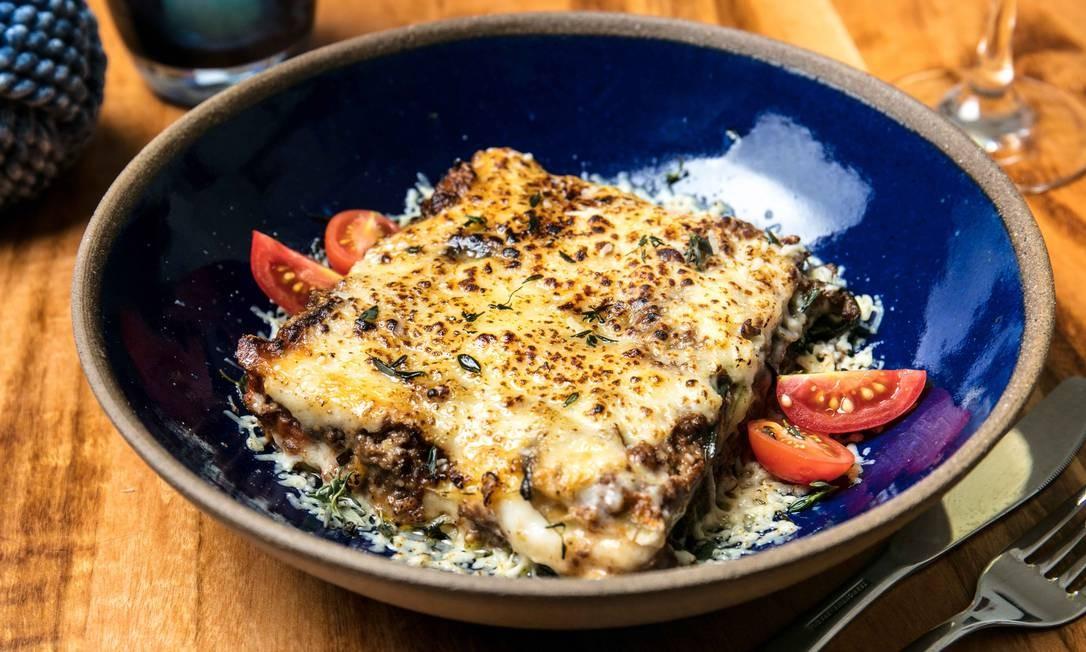 O mais tradicional dos pratos gregos, moussaka Vokos: finas fatias de berinjela, batata com ragout de carne e molho bechamel (R$ 45) Foto: Divulgação/Tomas Rangel