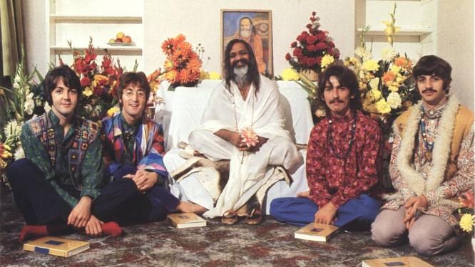 O guru Maharishi Mahesh Yogi com os Beatles, em 1967 Foto: Henry Grossman / Arquivo