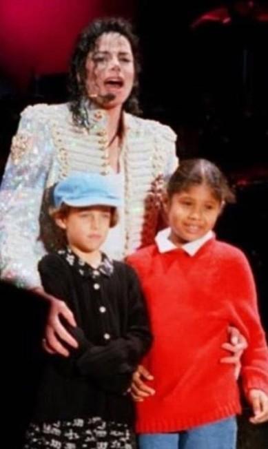 Ela também é enteada de Michael Jackson. Na foto, ela aparece criança ao lado do cantor e de Geneviève Jackson Instagram @rileykeough