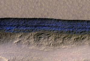 A faixa em azul é um depósito de água escondido pouco abaixo da superfície marciana Foto: NASA / REUTERS
