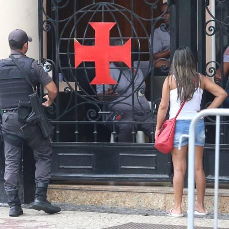 Policiais militares estiveram em São Januário na manhã desta sexta-feira Foto: Fabiano Rocha / Agência O Globo